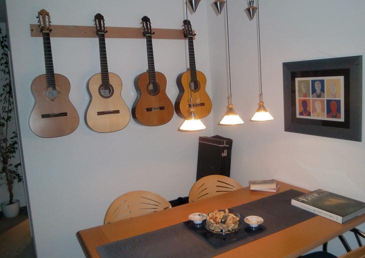 esstisch an der wand schwarzer esstisch mit weissen bauhaus st hlen und tv an der wand bild. Black Bedroom Furniture Sets. Home Design Ideas